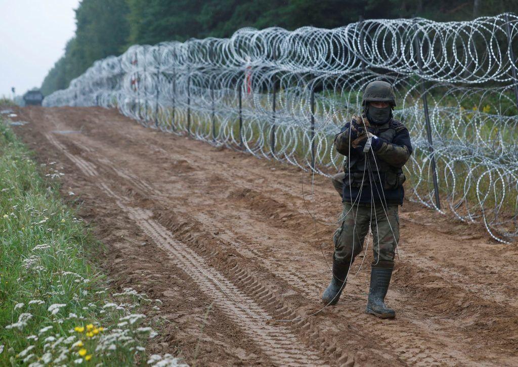 На неготовность ЕС к расширению указывает новый железный занавес Европы. Польский солдат строит на границе ЕС антимиграционную стену