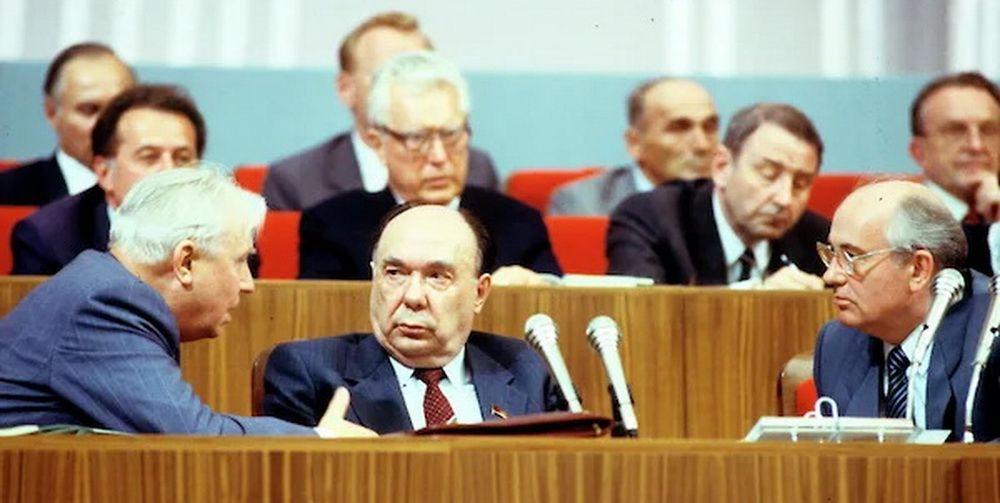 Члены Политбюро Егор Лигачев, Александр Яковлев и Генеральный секретарь ЦК КПСС Михаил Горбачёв