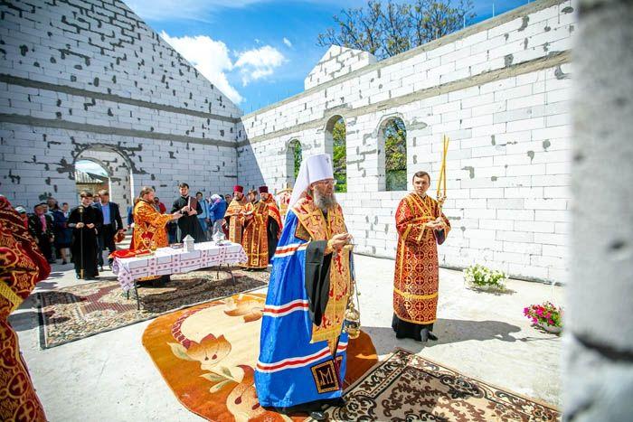 Митрополит Антоний (Паканич) закладывает капсулу на месте строительства нового храма в селе Погребы