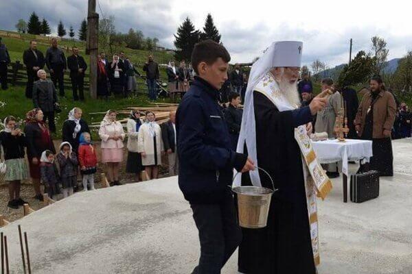 Митрополит Марк освящает фундамент нового храма в посёлке Ясина (приселок Плитоватый)