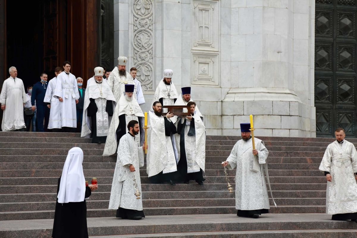 Начало Крестного хода от храма Христа Спасителя