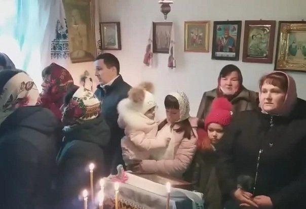 Приход села Перевалы на богослужении в арендованном помещении