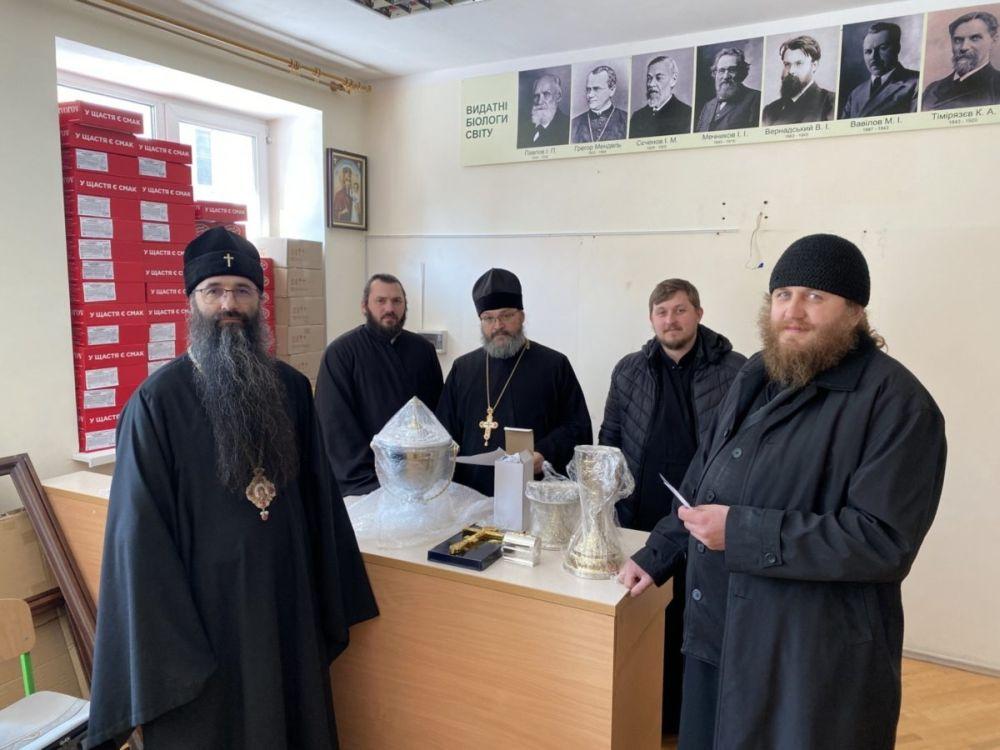 Митрополит Варсонофий передает необходимую церковную утварь гонимой общине епархии
