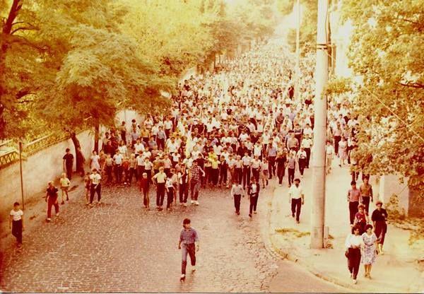 Тернополь, ул. Хмельницкого. Антисоветская демонстрация на 50-летие заключения пакта Молотова-Риббентропа