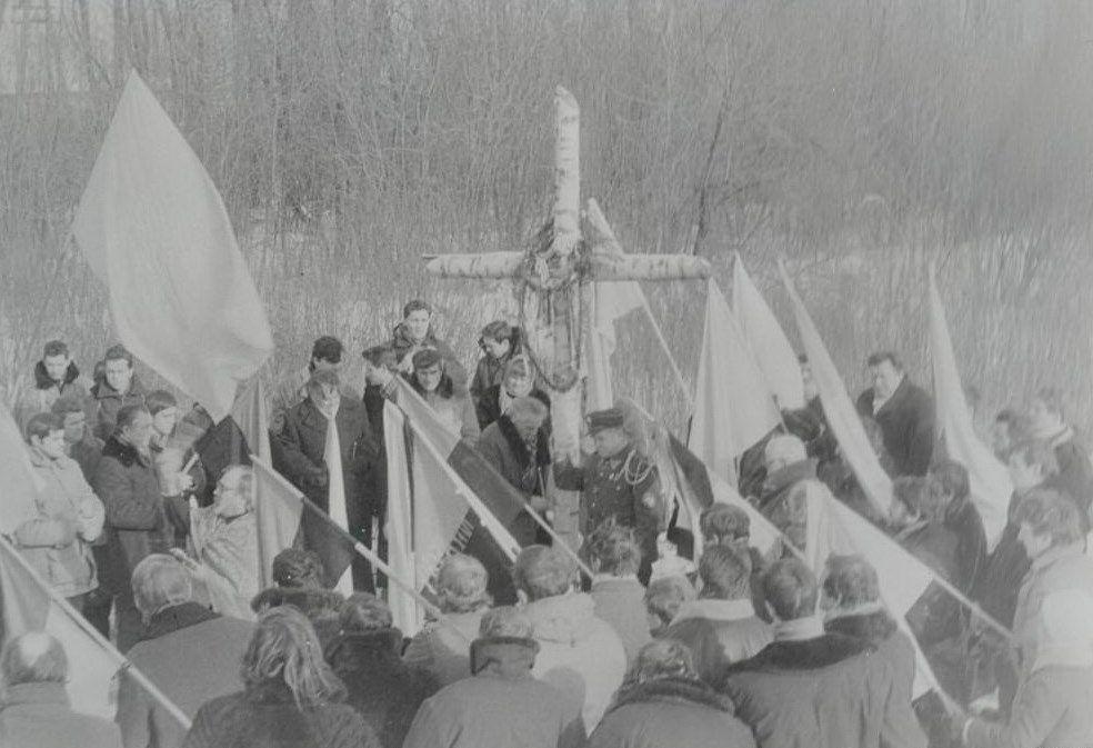 Установление креста в Крутах