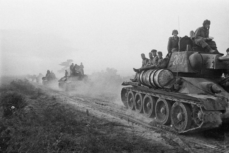 Танки 4-го гвардейского танкового корпуса с бойцами на броне на марше
