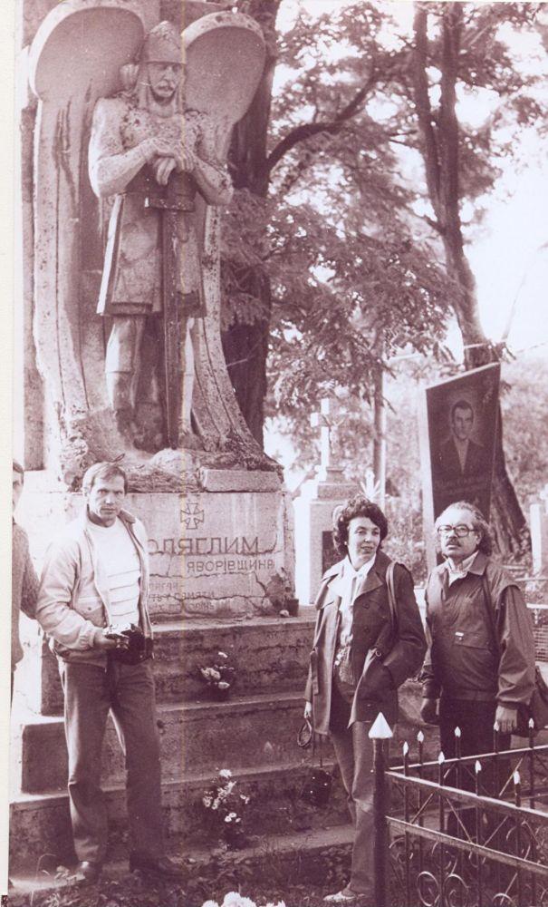 Представители «Евшана» на могиле Сичевых стрельцов в Явориве, 1987 г.