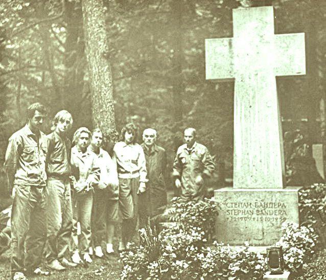 «Товариство Лева» на могиле Бандеры
