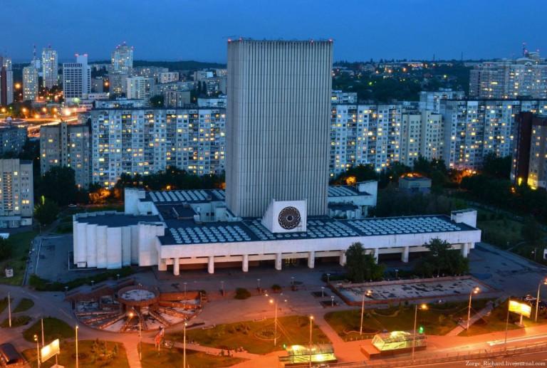 Национальная библиотека имени Вернадского в Киеве. Основана в 1918 году при гетмане Скоропадском. В советские времена приросла огромным книжным фондом и прекрасными зданиями, в том числе, и этим… Кстати, Советы и массовую безграмотность ликвидировали.