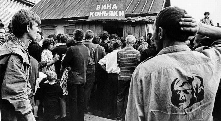 Очередь в три хвоста к «точке» по продаже спиртного – яркая примета времён горбачёвской антиалкогольной кампании.